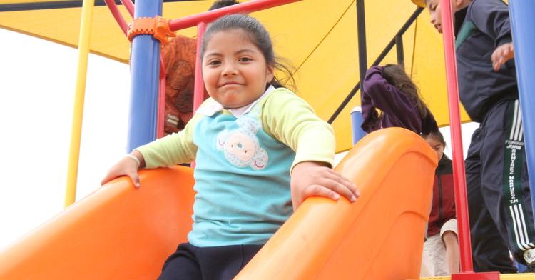 Niños y niñas en diferentes espacios públicos y parques recreativos y deportivos.