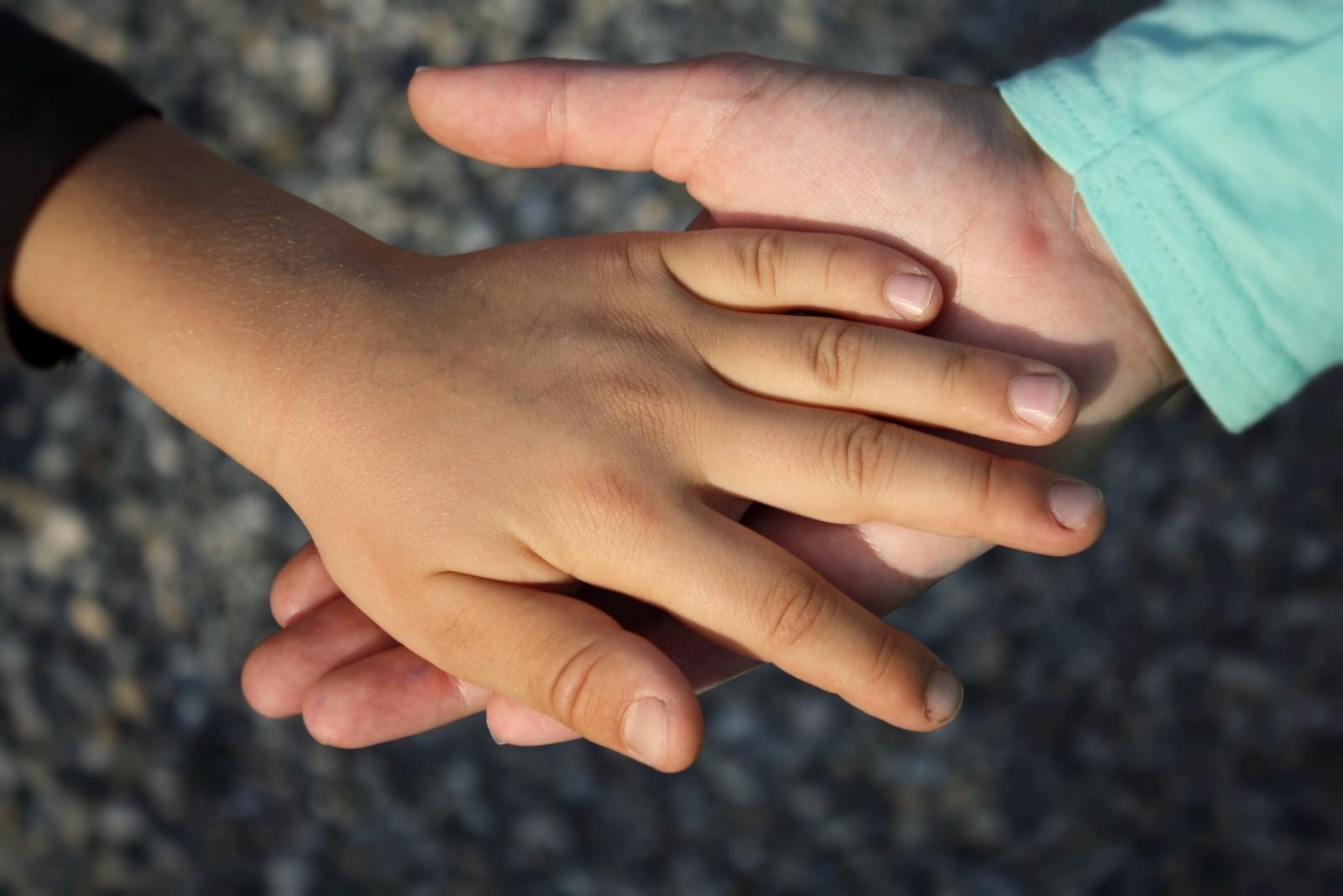 Fotografía de manos de de dos niños