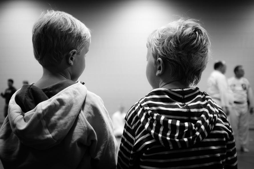 Fotografía de dos niños de espalda.