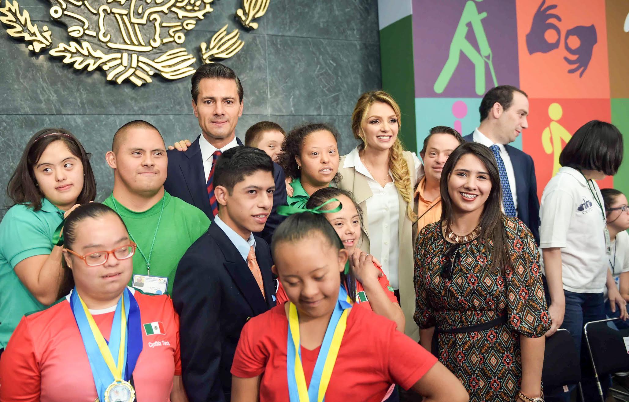 El Primer Mandatario y la señora Angélica Rivera de Peña junto con los asistentes al instalar el Sistema Nacional para el Desarrollo y la Inclusión de las Personas con Discapacidad.