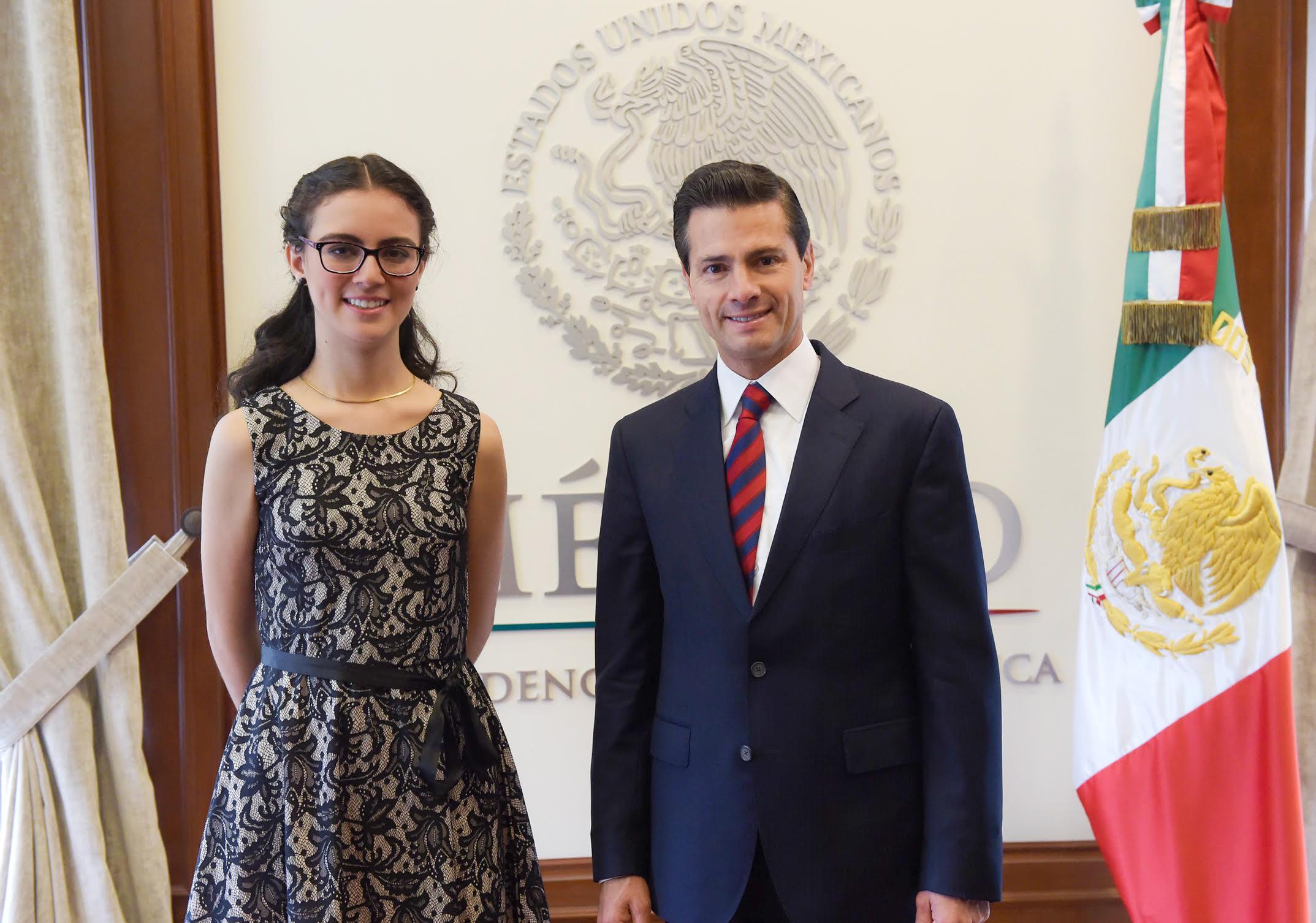 El Primer Mandatario con Olga Medrano en la reunión que tuvieron en los Pinos.