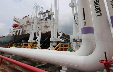 En la imagen se muestra un conjunto de tuberías así como un barco que sirve para la transportación de petrolíferos.