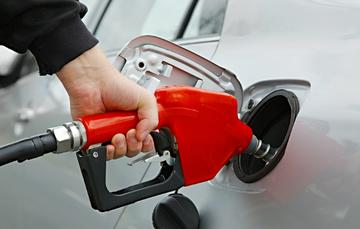 Hombre cargando gasolina a su carro.