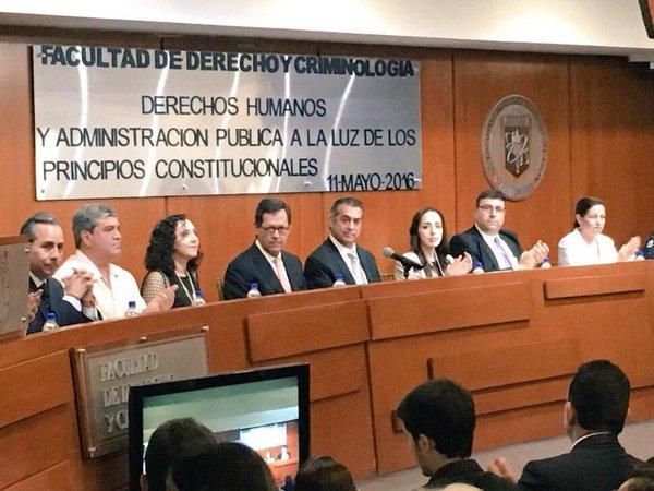 """Fotografía del acto inaugural del  """"Seminario Regional de Derechos Humanos y Administración Pública a la Luz de los Nuevos Principios Constitucionales"""" en Nuevo León"""