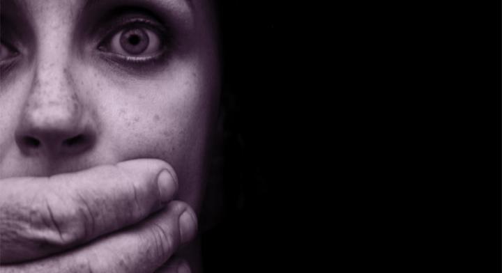 Identifica cuáles son las conductas de violencia laboral que afectan tanto a hombres como mujeres.