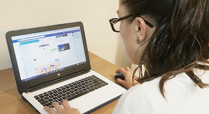 Imagen de una persona frente a una computadora.