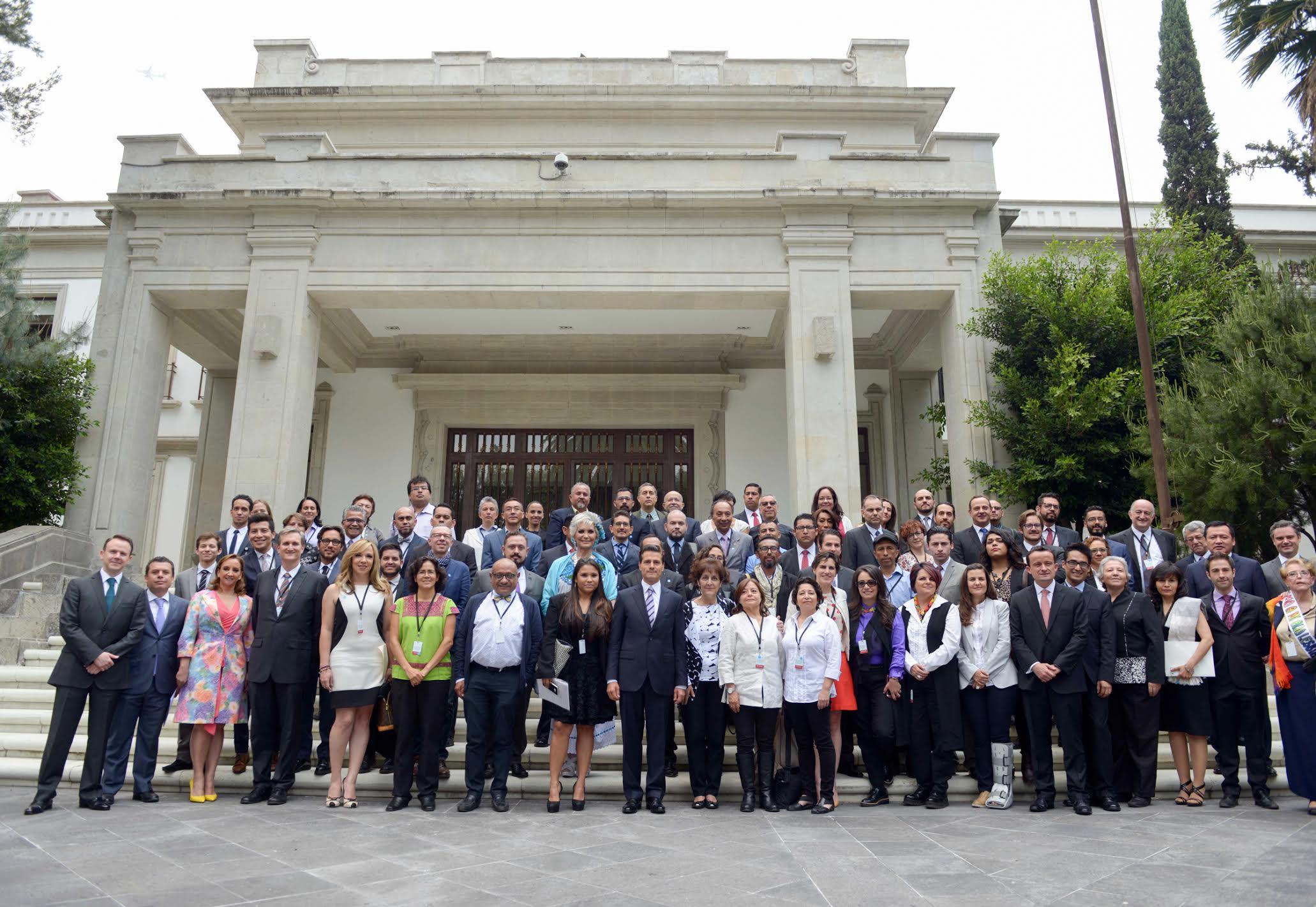 Foto oficial con los asistentes a la ceremonia por el Día Nacional de Lucha Contra la Homofobia.