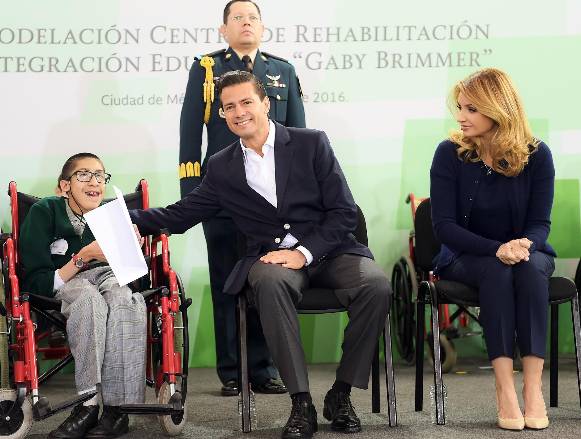 """El Primer Mandatario abraza a un niño estudiante del Centro de Rehabilitación e Integración Educativa """"Gaby Brimmer"""", al lado su esposa Angélica Rivera de Peña."""