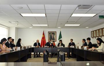 Funcionarios de México y China sentados durante una reunión.