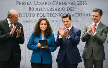 El Primer Mandatario hace entrega de la Presea Lázaro Cárdenas a una de las alumnas más destacadas.