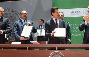 El Primer Mandatario muestra las firmas de los los Convenios para la Ejecución de Acciones en Materia de Formalización del Empleo.
