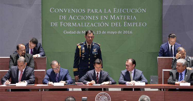 El Secretario del Trabajo y el Presidente de México firmando los Convenios de Acciones en Materia de Formalización del Empleo