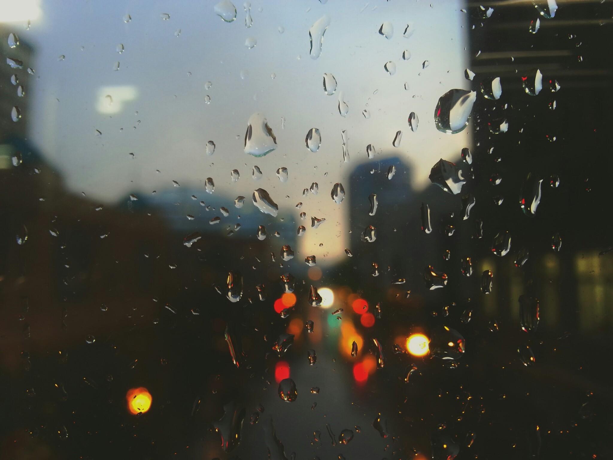 Imagen de gotas de lluvia en un vidrio