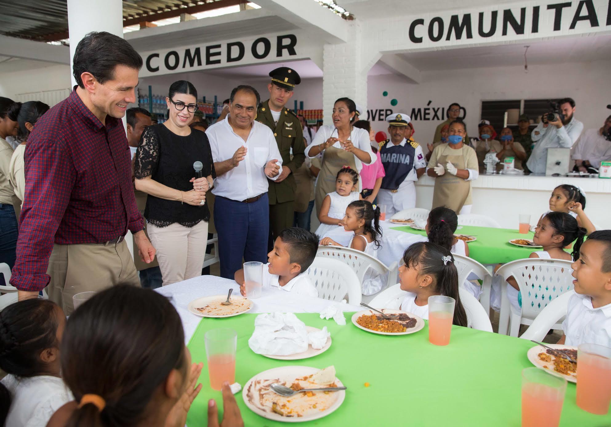 El Primer Mandatario convive con los niños que asisten a comer en uno de los comedores comunitarios de Guerrero.