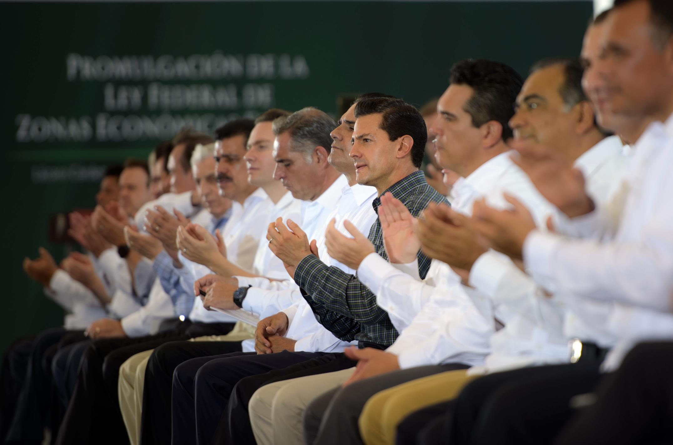 El Primer Mandatario aplaude, junto con los asistentes, en el evento de Promulgación de la Ley Federal de Zonas Económicas.