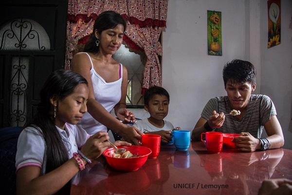 Madres y padres buscan, de forma natural, que se cumple el derecho de #NNA a ser alimentados.
