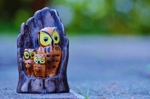 Fotografía de una figura artesanal con una mamá buho y dos buhos pequeños