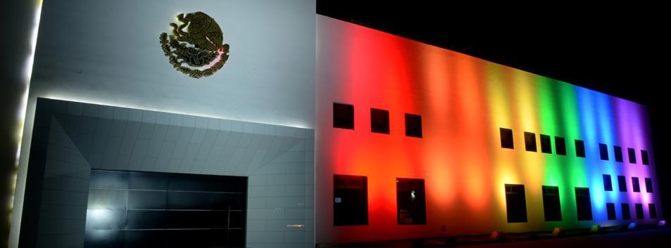 Edificio en la Residencia Oficial de Los Pinos iluminado.