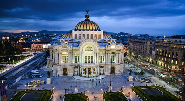El Palacio de Bellas Artes de la Ciudad de México iluminado.