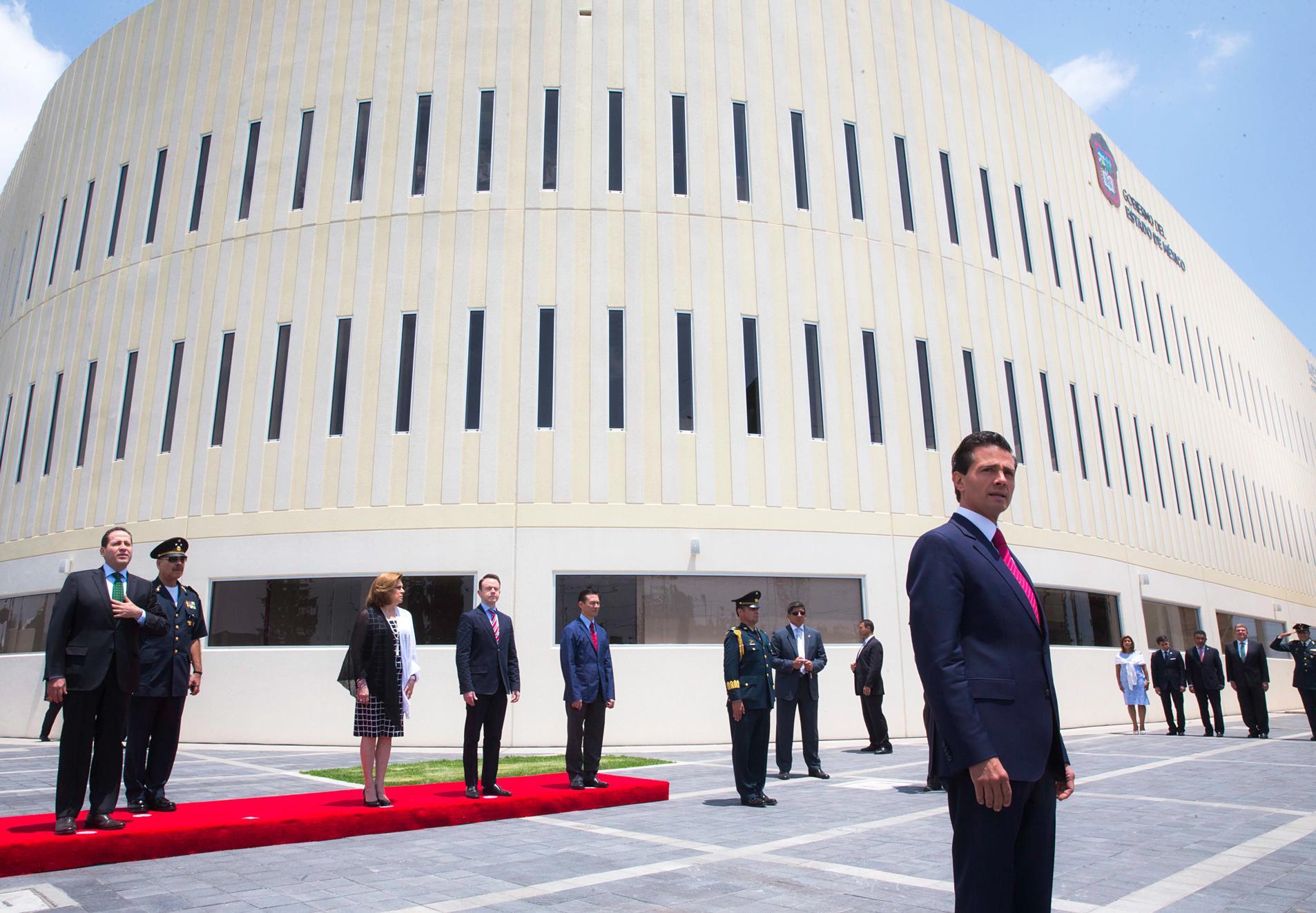 El Primer Mandatario aparece en primer cuadro, atrás el edifico del C5 inaugurado en el Estado de México.