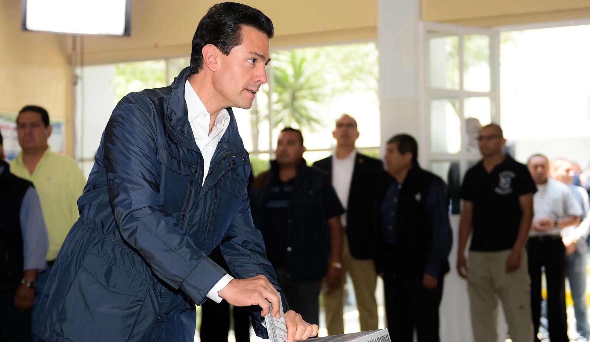El Primer Mandatario coloca su boleta electoral en la urna para elegir la Asamblea Constituyente Ciudad de  México.