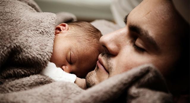 Padres que se involucran en la crianza de los niños y niñas.