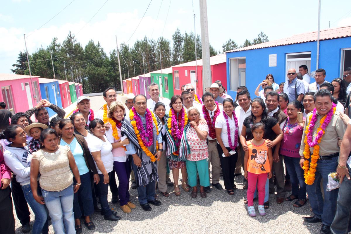 Beneficiarios que viven en la región de la montaña de Guerrero disfrutan de su nuevo hogar y de manos de la titular de la SEDATU recibieron las llaves que abre la puerta a una vivienda digna que eleva su calidad de vida.