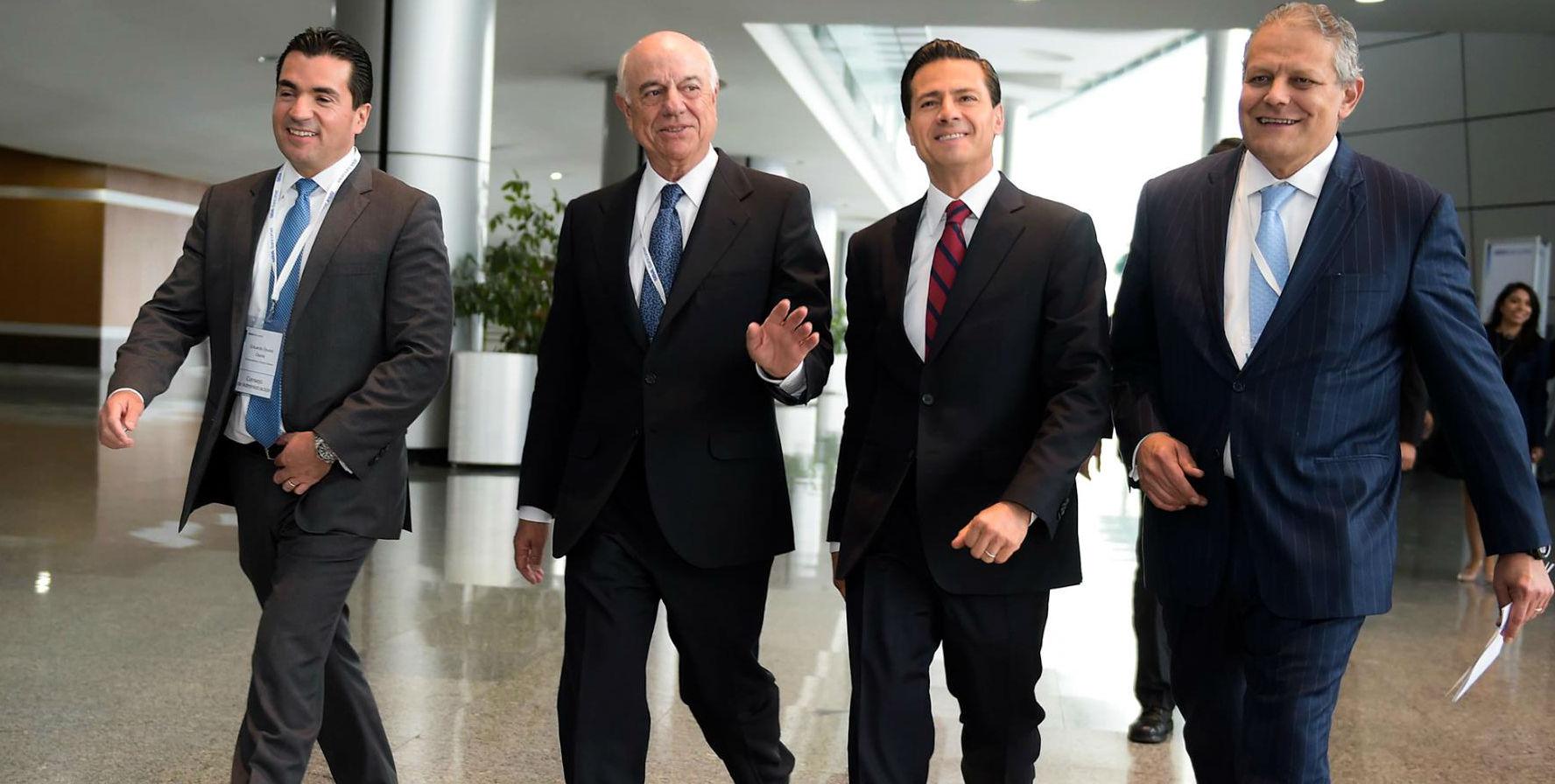 El Primer Mandatario camina junto con Francisco González Rodríguez, Presidente de Grupo BBVA y Luis Robles Miaja, Presidente del Consejo de Administración.
