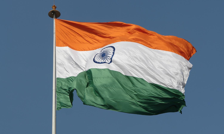 Banderas de México e India.