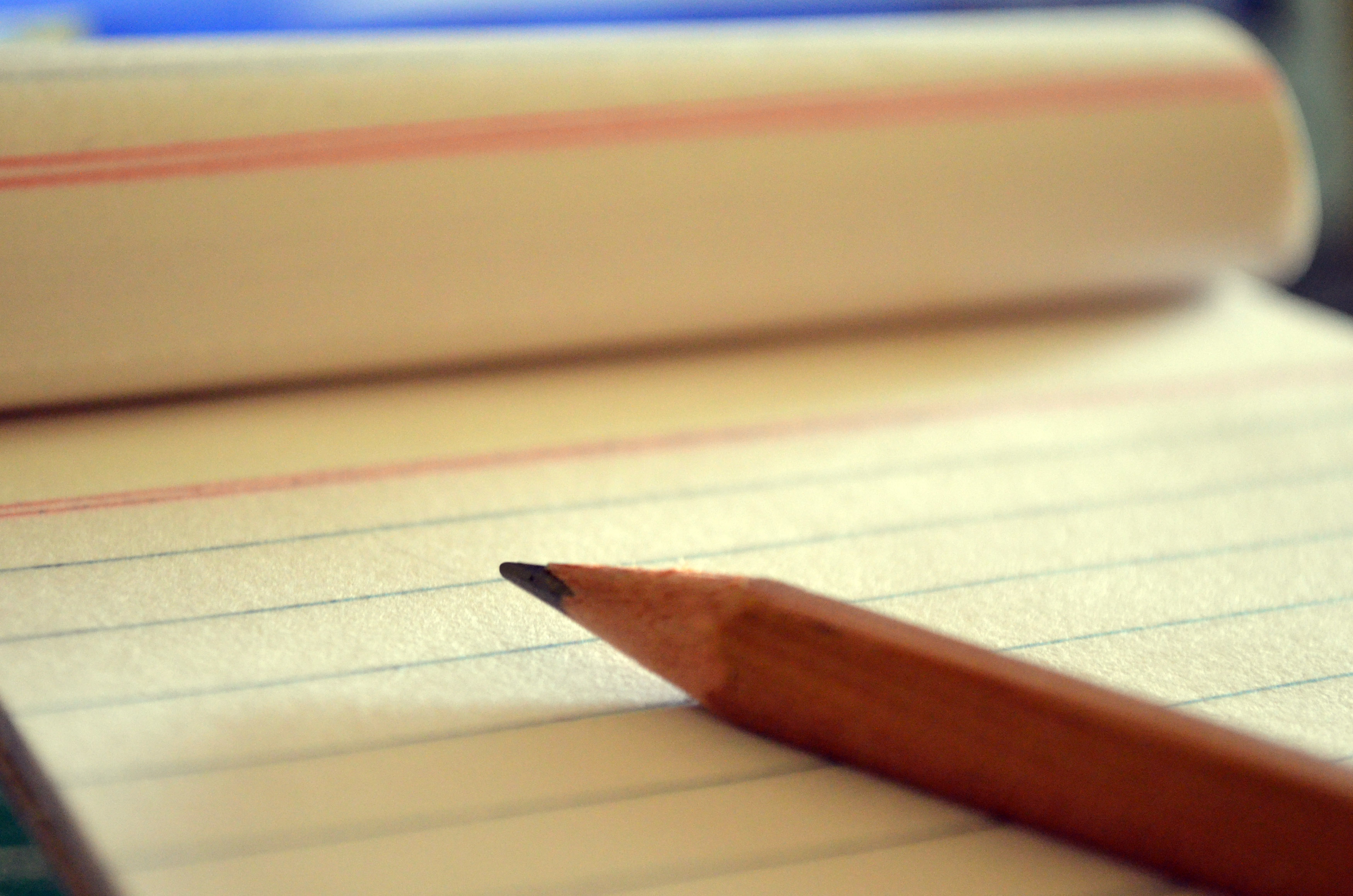 Fotografía de un blog de notas y un lápiz