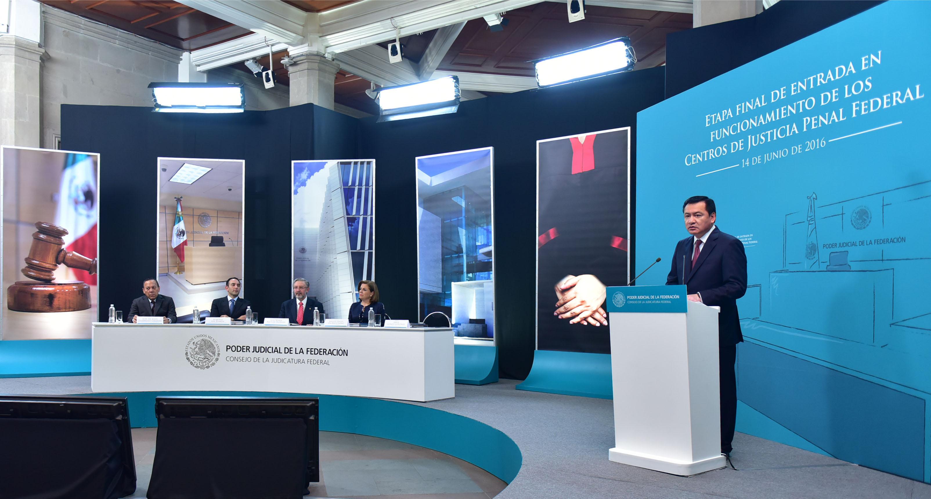 Fotografía del Secretario de Gobernación, mientras da un mensaje durante el evento de entrada en Vigor del Nuevo Sistema de Justicia Penal para Delitos del Orden Federal