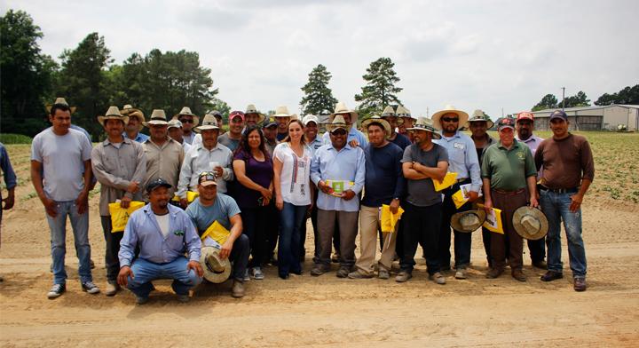 Foto de grupo de trabajadores agrícolas mexicanos con la Canciller Ruiz Massieu en Carolina del Norte