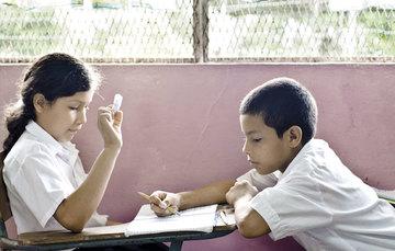 Niños en la escuela, niño y niña.