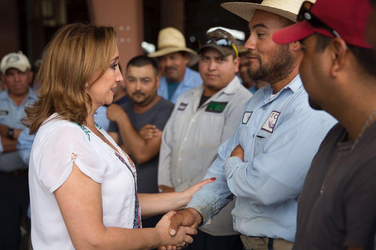 La Canciller Ruiz Massieu saluda a trabajadores agrícolas de Carolina del Norte con los que se reunió en una visita de trabajo.