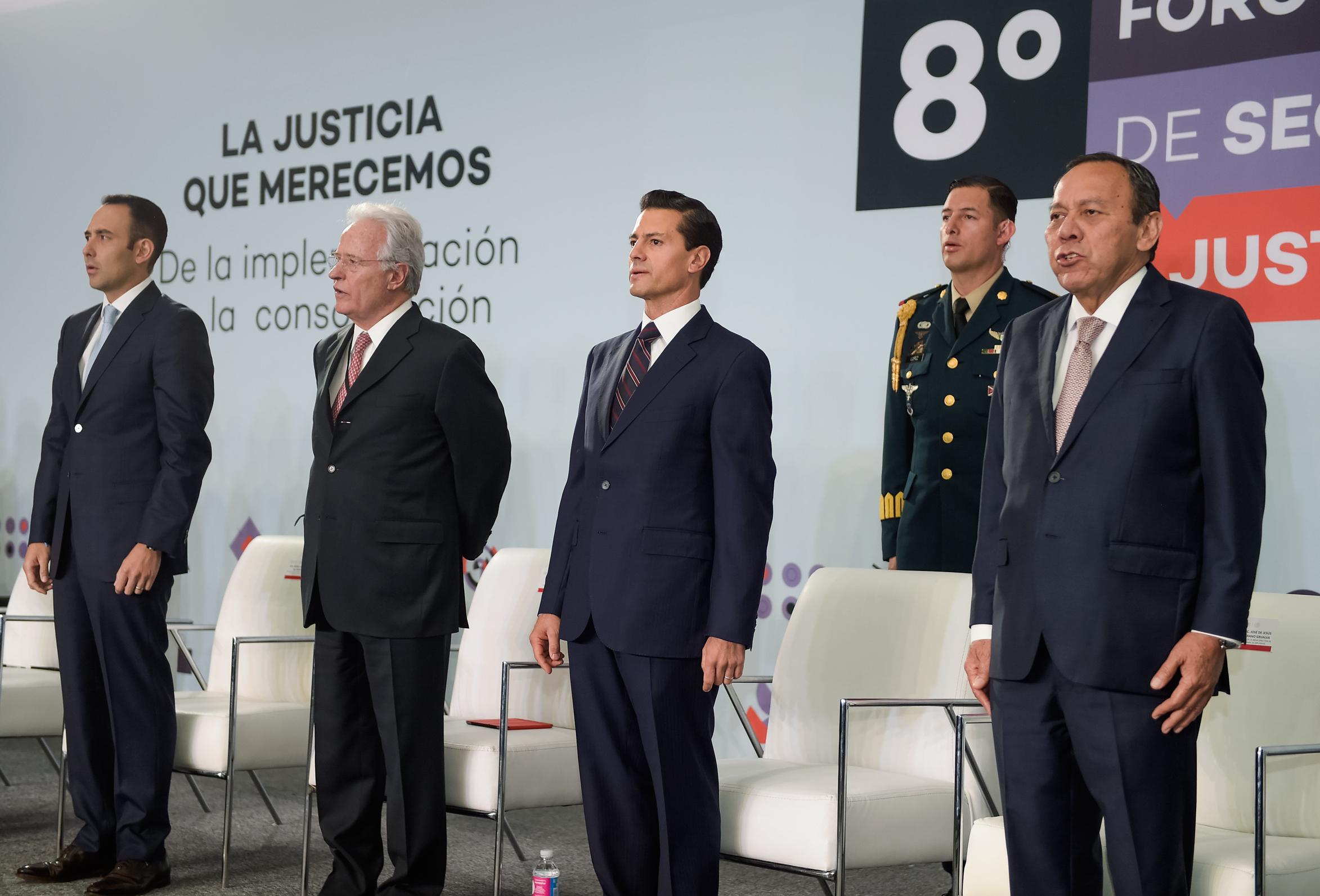 El Primer Mandatario entona, junto con los asistentes, el Himno Nacional en el Octavo Foro Nacional sobre Seguridad y Justicia.