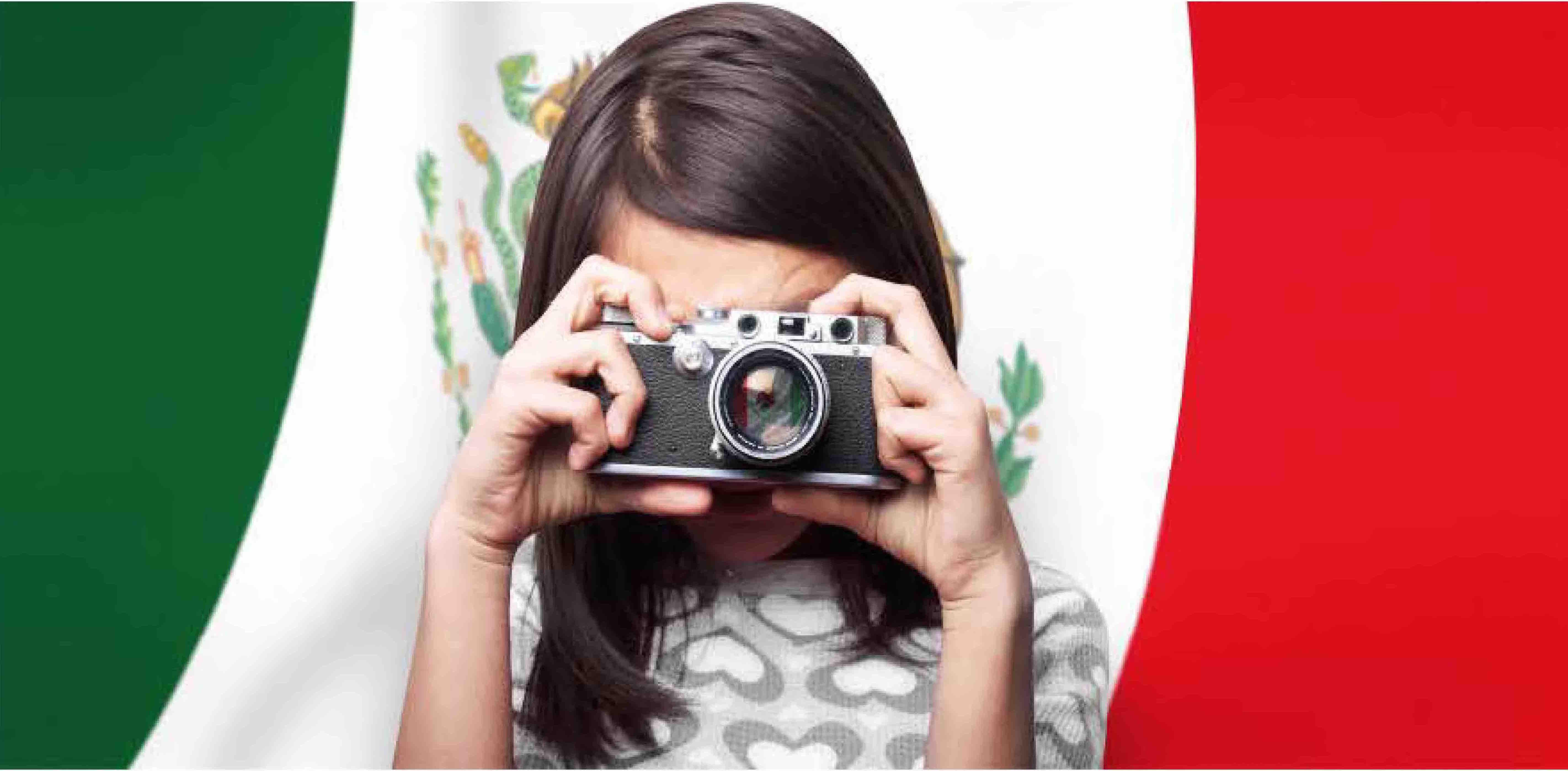 Imagen de niña tomando una fotografía