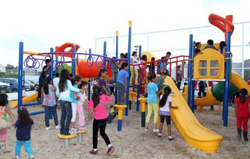 Niñas, niños y jóvenes jugando en unas canchas deportivas.
