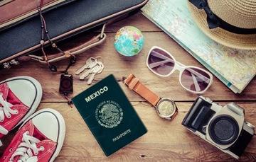 En la foto se ve un pasaporte mexicano junto a una maleta con objetos para vacacionar.