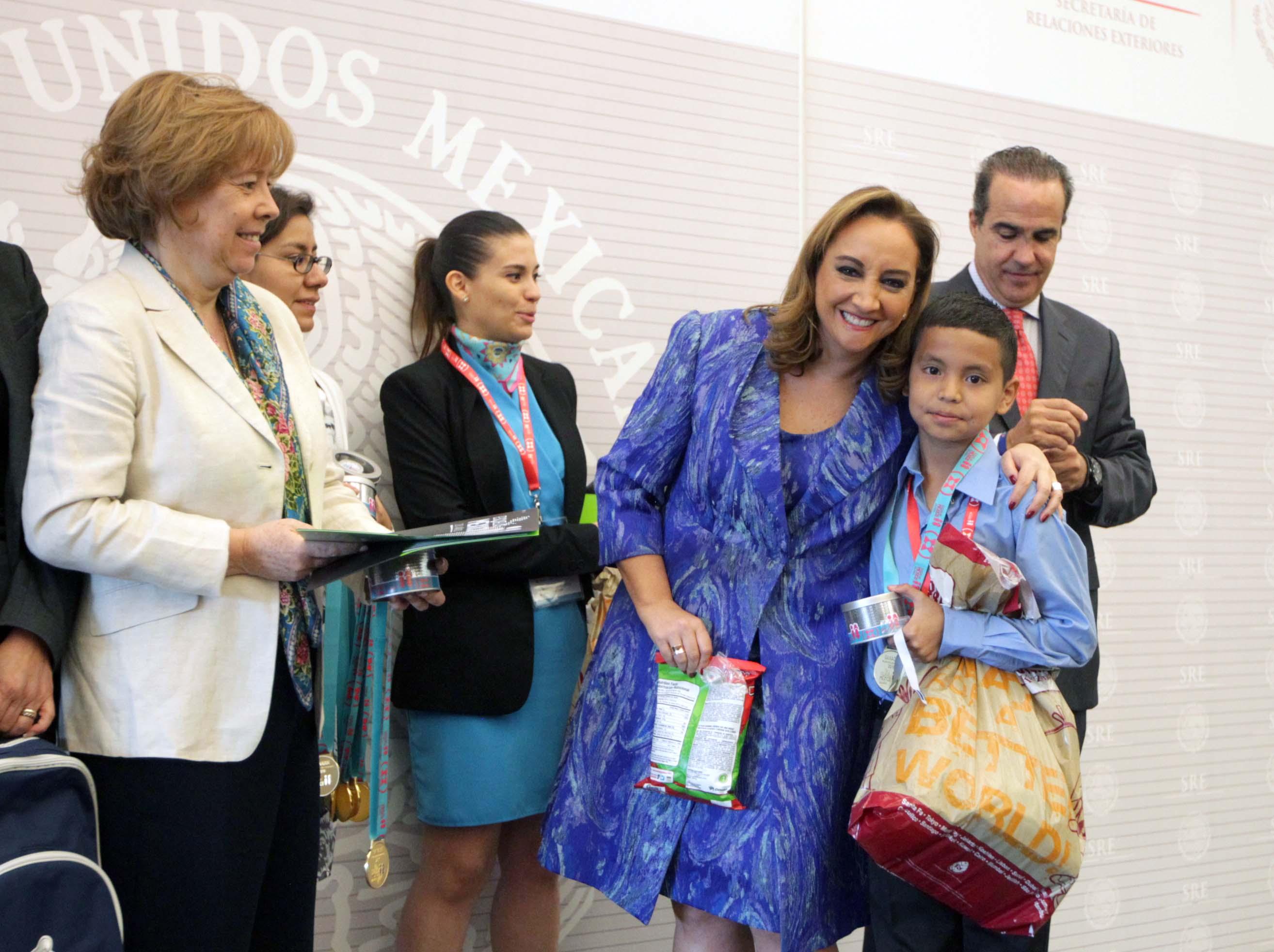 Foreign Secretary Claudia Ruiz Massieu with one of the Mexico Schools Program winners