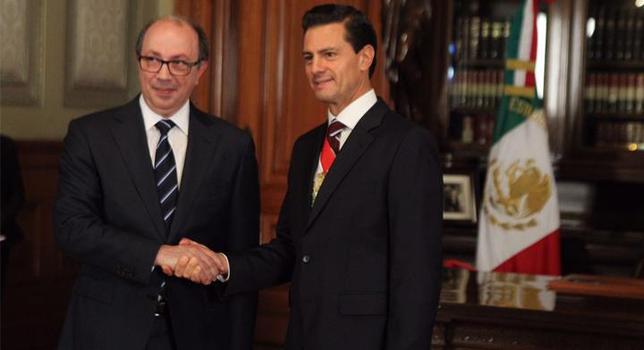 El Presidente Enrique Peña Nieto con el Embajador de Armenia