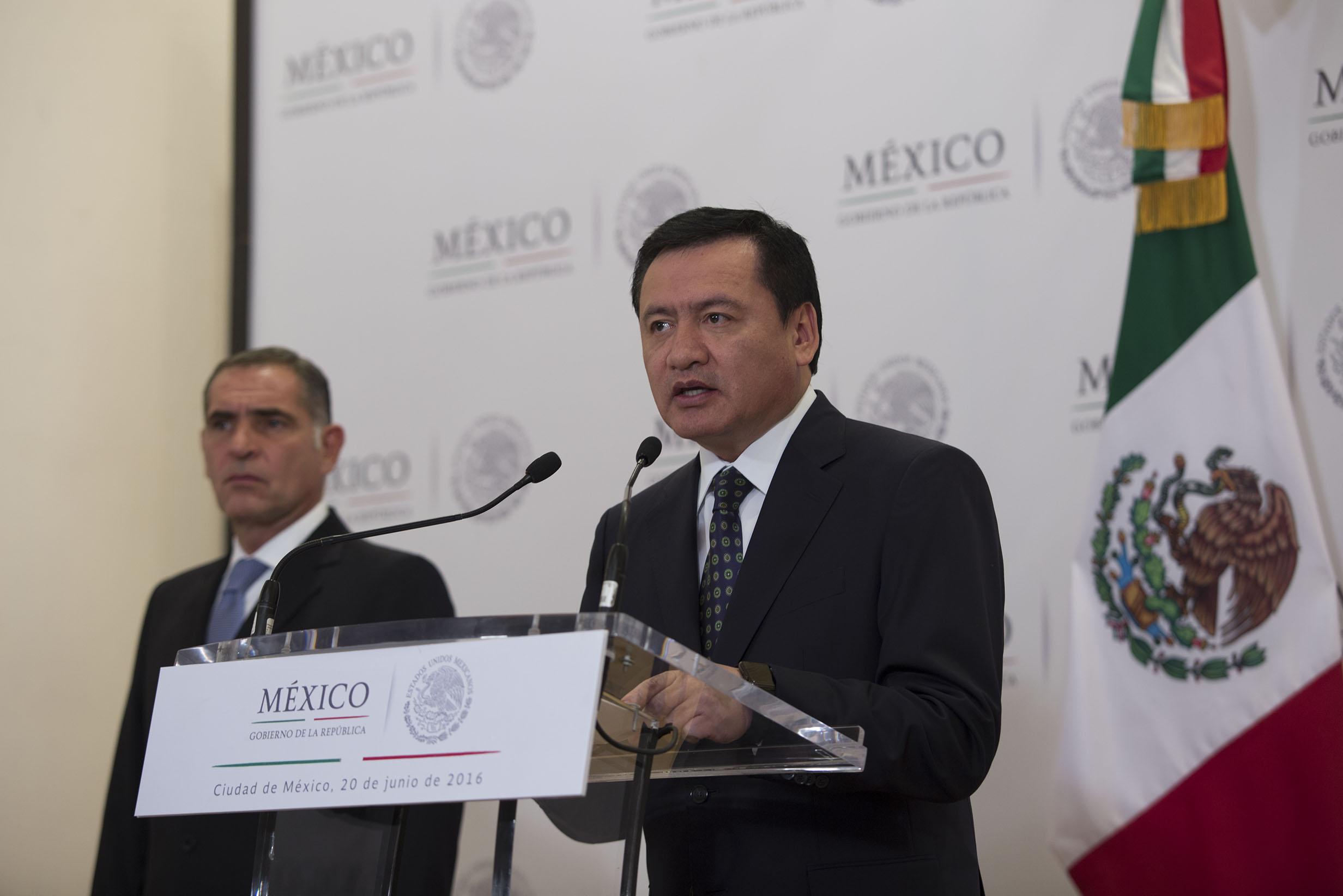 El Secretario de Gobernación Miguel Ángel Osorio Chong al fondo el Gobernador de Oaxaca Gabino Cue
