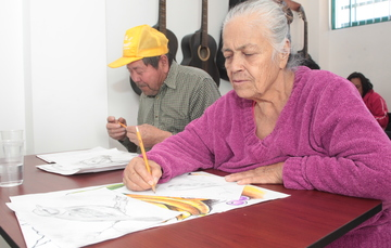 Dos adultos mayores dibujando a lápiz