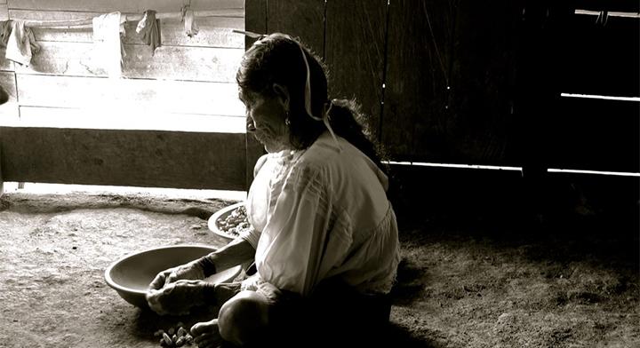 Una mujer adulta mayor e indígena.