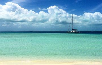 Foto del océanos y un velero en el día