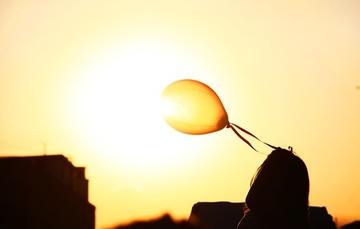 Fotografía de un globo de aire frente al sol