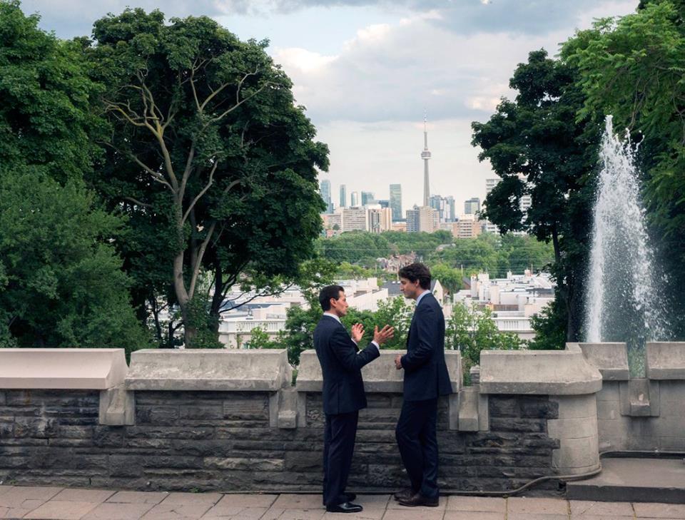 El Presidente Enrique Peña Nieto y el Primer Ministro de Canadá, Justin Trudeau, están platicando.
