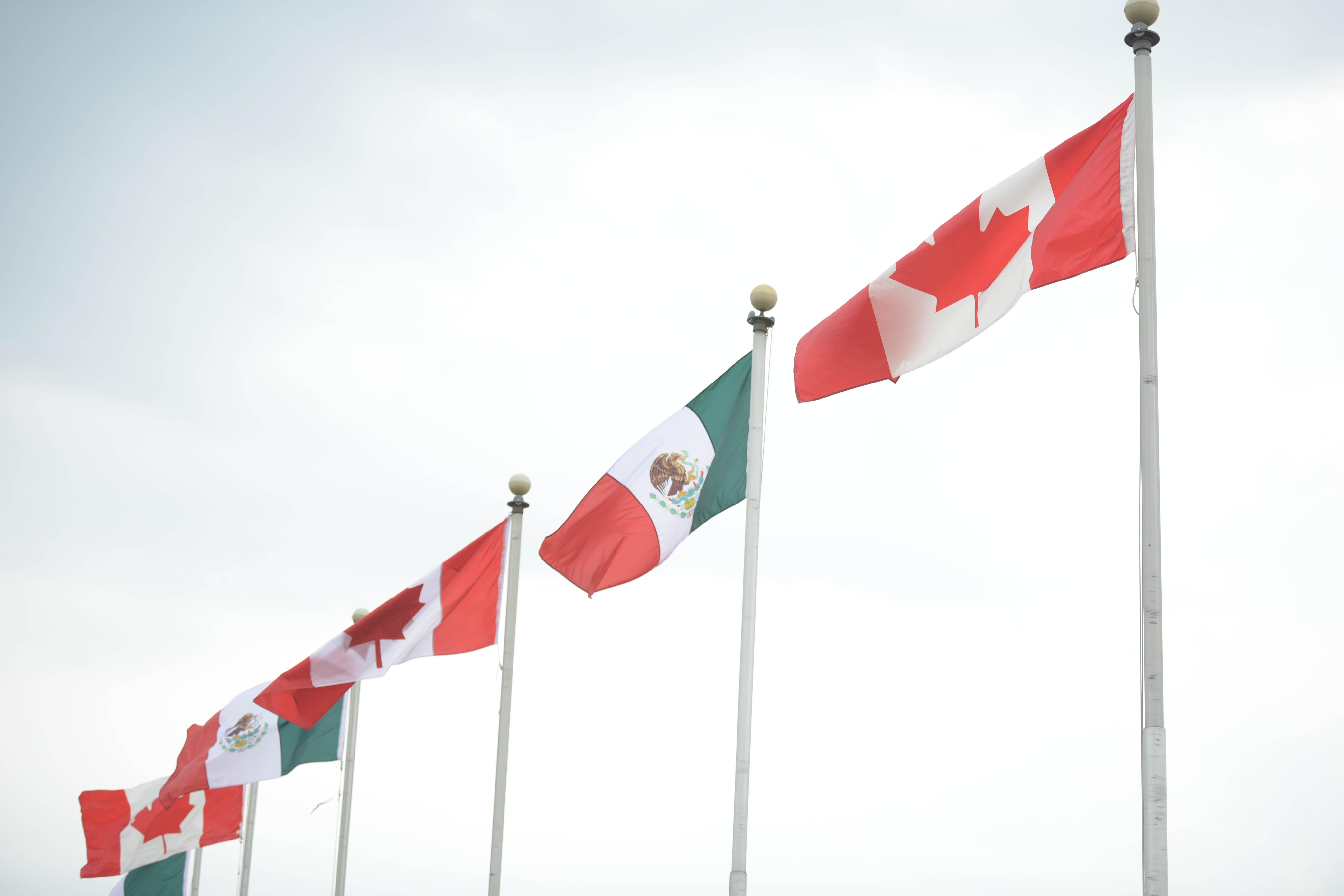 Banderas de México y Canadá.