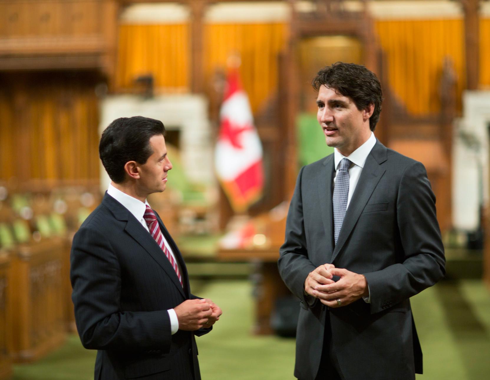 El Primer Mandatario conversa con el Primer Ministro, Justin Trudeau.