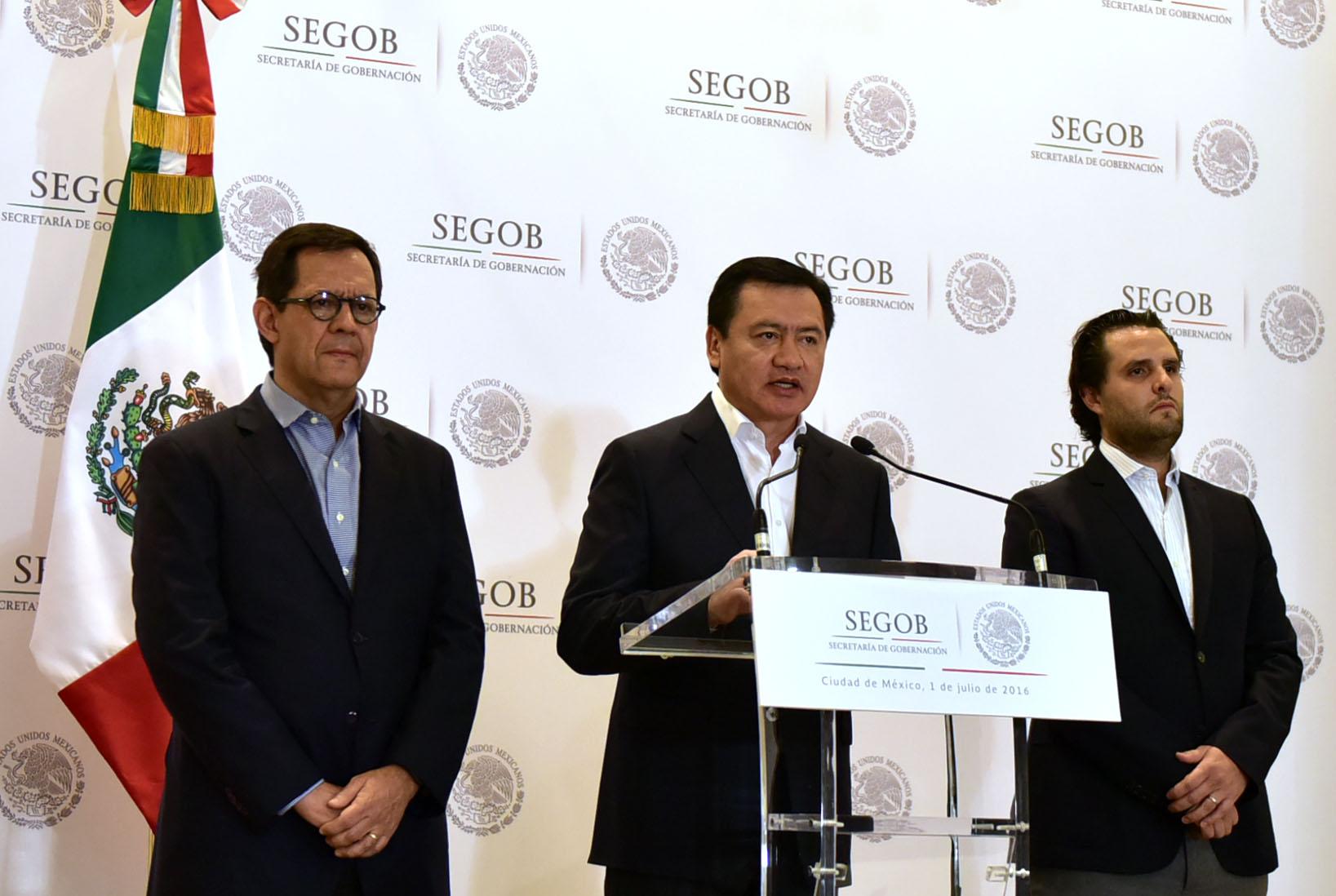 El Secretario de Gobernación, Miguel Ángel Osorio Chong, acompañado por el Subsecretario de Derechos Humanos, Roberto Campa y el Coordinador de Asesores, Guillermo Lerdo de Tejada