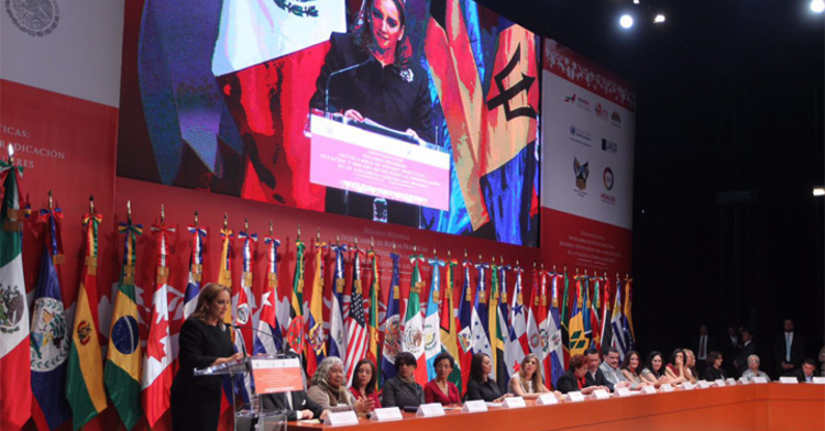 La Canciller Claudia Ruiz Massieu hablando en el Diálogo Regional 2016 en Pachuca, Hidalgo